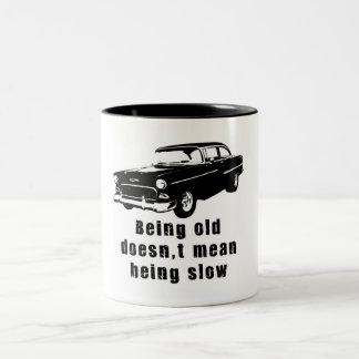 Siendo viejo taza de dos tonos