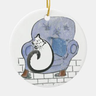 Siesta del gato en la silla cómoda azul grande ornato