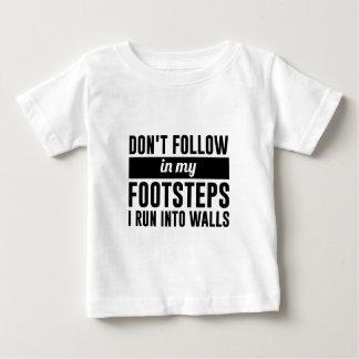 Siga en mis pasos camiseta de bebé