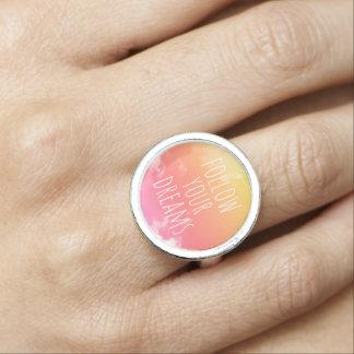 Siga su anillo inspirado de la cita de la puesta