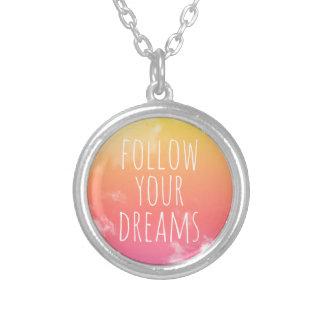 Siga su collar inspirado de la cita de los sueños