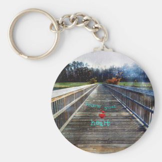 Siga su corazón a través del puente en luz llavero redondo tipo chapa
