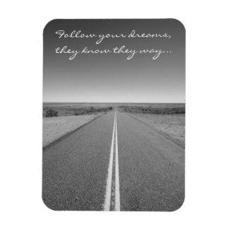 Siga sus sueños - foto larga del camino recto imán flexible