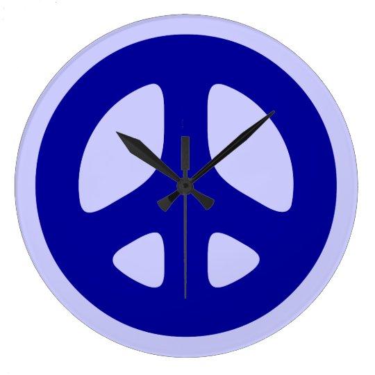 Signo de la paz azul en el reloj de pared azul