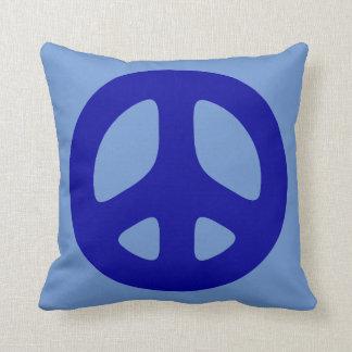 Signo de la paz azul en la almohada de tiro azul
