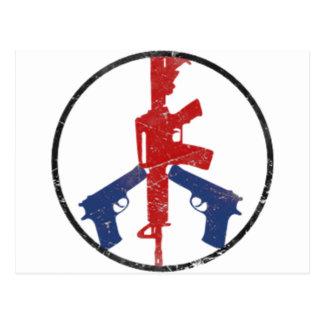 Signo de la paz del arma por la tinta del postal
