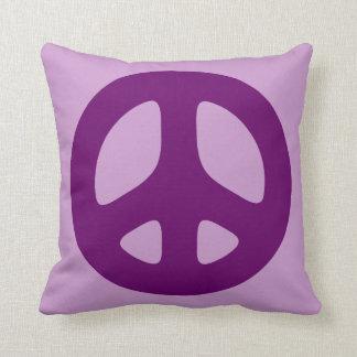Signo de la paz púrpura en la almohada de tiro vio