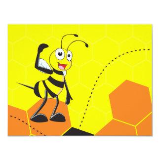 Silbido que sopla de la abeja feliz amarilla linda invitación 10,8 x 13,9 cm