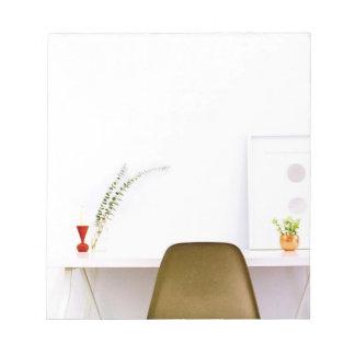 Silla minimalista del escritorio de bloc de notas