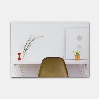 Silla minimalista del escritorio de notas post-it®
