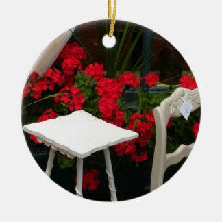 Silla roja del blanco de los geranios ornamente de reyes