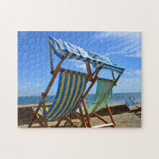 Sillas de cubierta en una playa puzzle