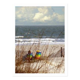 Sillas de playa del arco iris postal