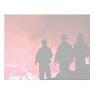 Silueta caliente del bombero comunicado