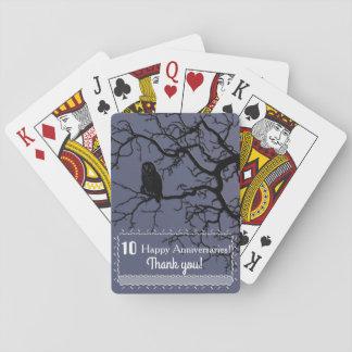 Silueta del búho en un árbol barajas de cartas