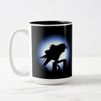 Silueta del cuervo contra la Luna Llena Taza De Café