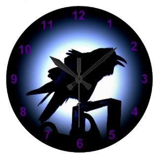 Silueta del cuervo contra una Luna Llena Relojes De Pared
