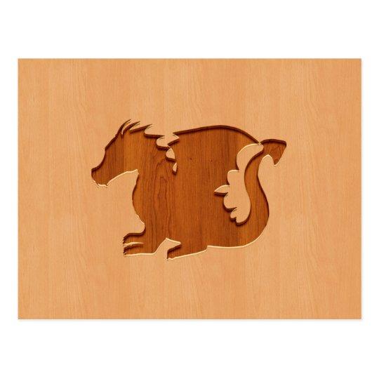 Silueta del dragón grabada en el efecto de madera postal