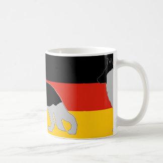 silueta del pastor alemán en negro y silve de la taza de café