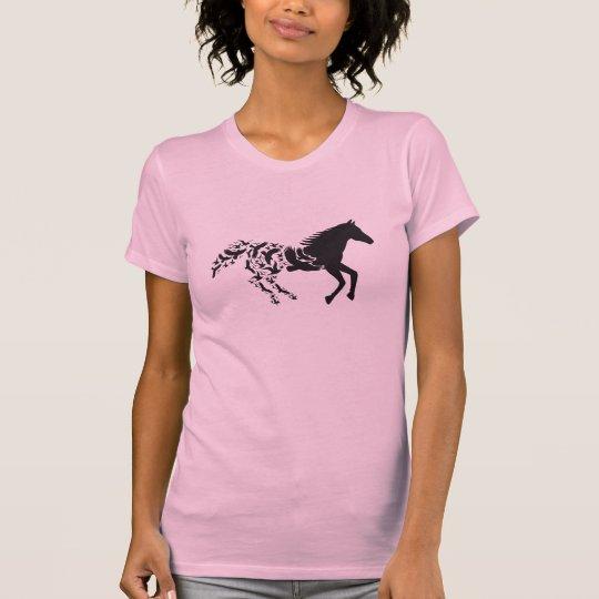 Silueta negra del caballo con los pájaros de vuelo camiseta