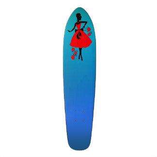Silueta negra roja elegante de la mujer joven del tablas de skate