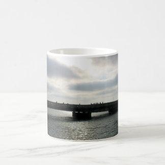 Silueta por M. Izzo - las memorias de Playa del Re Taza Básica Blanca