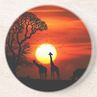 Siluetas africanas del animal de la puesta del sol posavasos