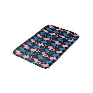 Siluetas azules y rosadas de los gatos en un negro