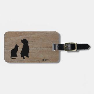 Siluetas del ejemplo del gato y del perro en la etiqueta para maletas