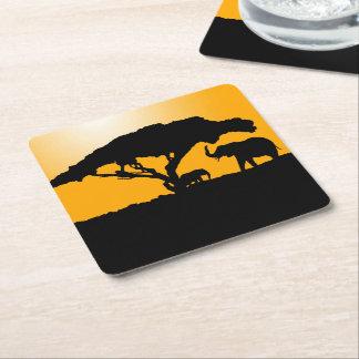 Siluetas del elefante en la puesta del sol posavasos cuadrado de papel