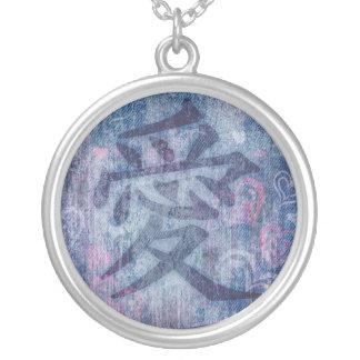 Símbolo azul chino del amor y collar rosado de los
