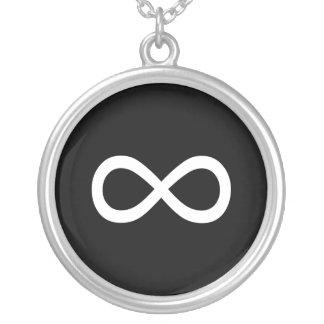 Símbolo blanco del infinito pendiente personalizado
