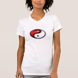 Símbolo chineese de Yin Yang con la camisa del