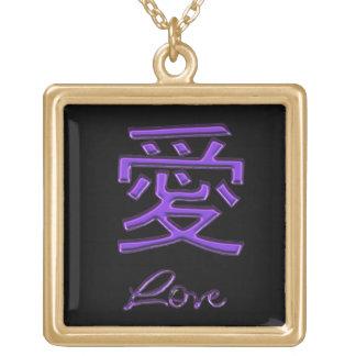 Símbolo chino coloreado púrpura para el amor en colgante cuadrado