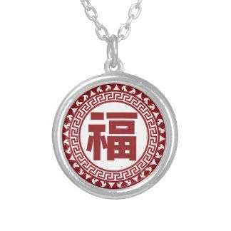 Símbolo chino de la buena fortuna con el ejemplo collar plateado