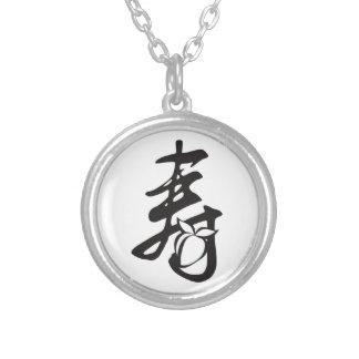 Símbolo chino del texto de la longevidad con la collar plateado