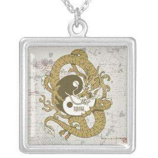 Símbolo chino y dragón de Yin yang Colgante Cuadrado