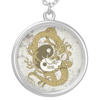 Símbolo chino y dragón de Yin yang Colgante Redondo
