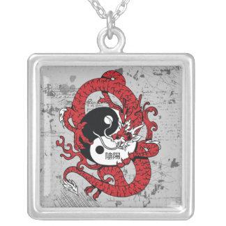 Símbolo chino y dragón de Yin yang Collares Personalizados