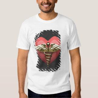 Símbolo del corazón con el símbolo médico camisas