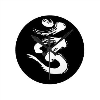 Símbolo espiritual de OM - productos de la yoga Reloj Redondo Mediano