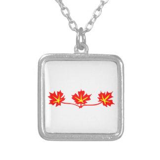 Símbolo estándar canadiense de las hojas de arce collar plateado
