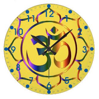 Símbolo floral metálico de OM con números azules Reloj Redondo Grande