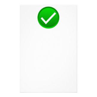 Símbolo verde de la marca de verificación papeleria