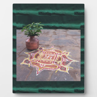 Símbolos indios del boda del rangoli de la cruz placa expositora