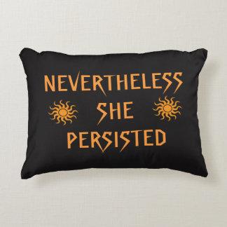 Sin embargo ella persistió almohada del acento de