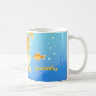 Sirena bonita con el goldfish debajo del agua taza de café