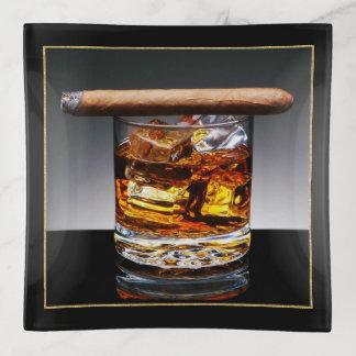 Sirve el plato de la baratija del whisky y del