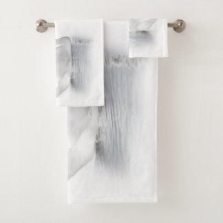 Sistema blanco de la toalla del cuarto de baño del