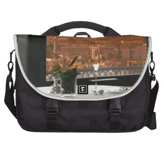 Sitio con un livin urbano de la fotografía bolsa para ordenador